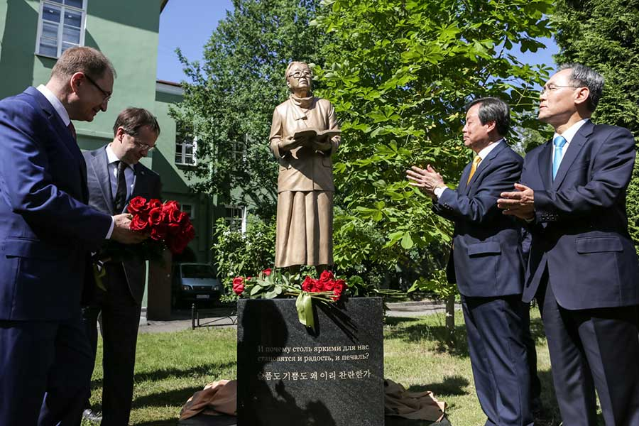 Ministers of Culture unveiled a monument to Pak Kyongni in St Petersburg State University