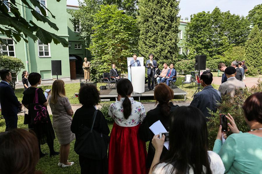 Год спустя: у памятника Пак Кённи в СПбГУ прошли первые литературные чтения